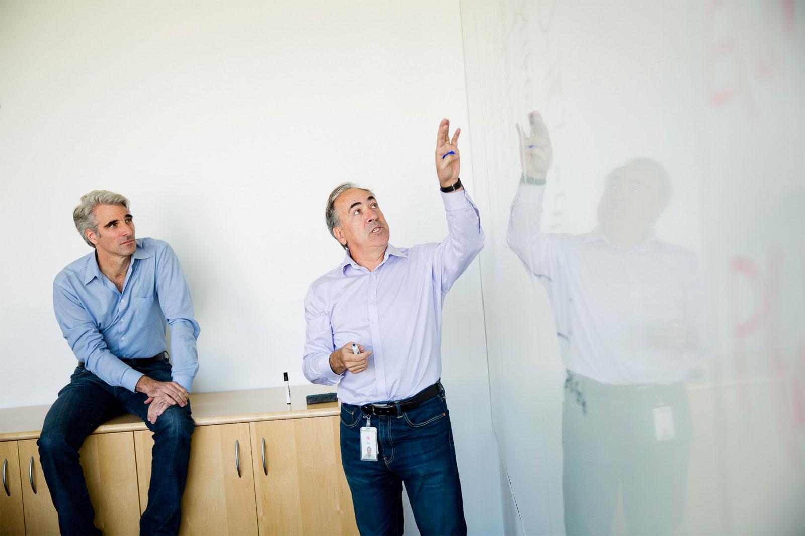 Entrevista a los responsables de Siri con Federighi al lado