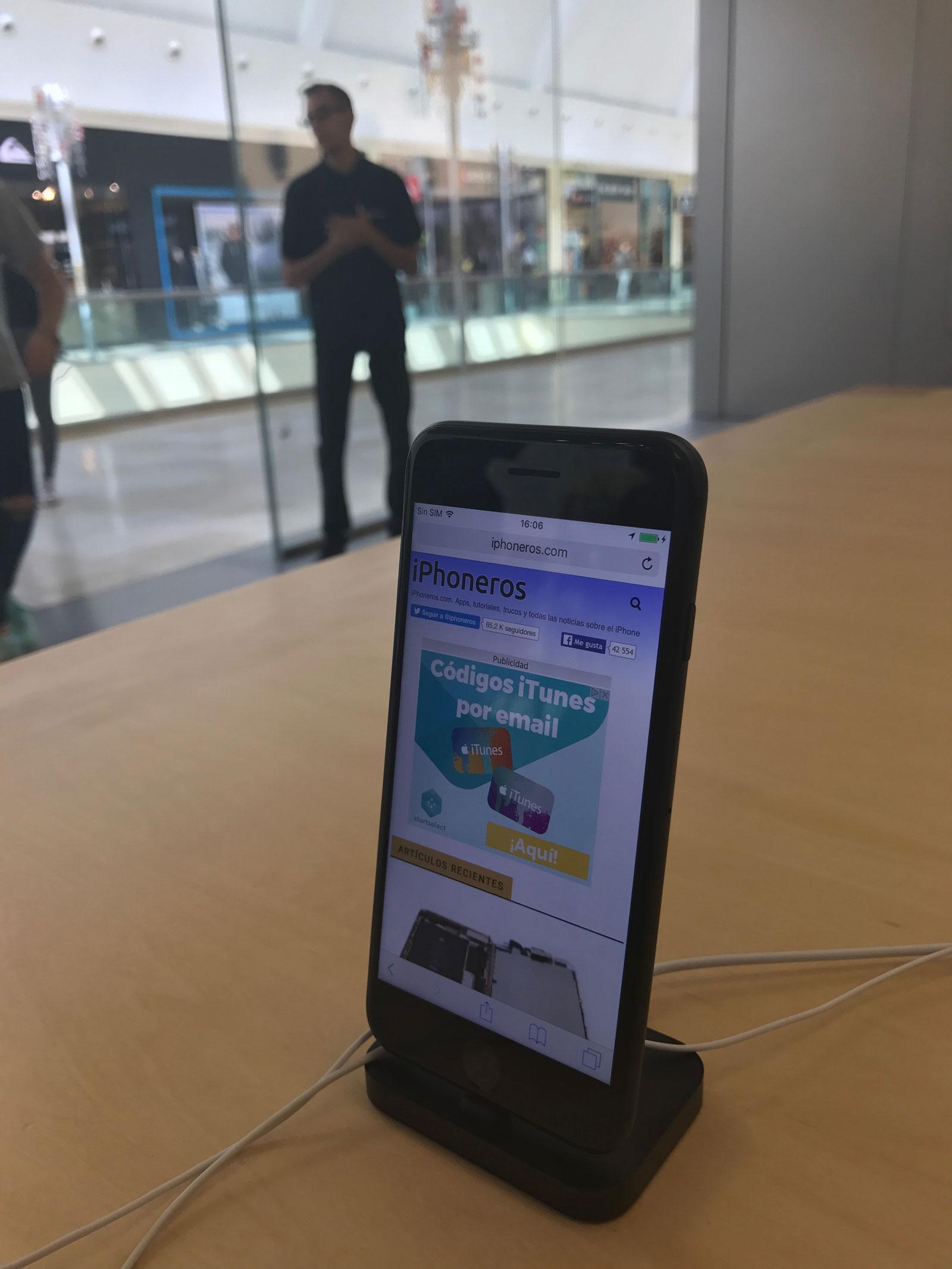 iPhone 7 con iPhoneros cargada en una Apple Store