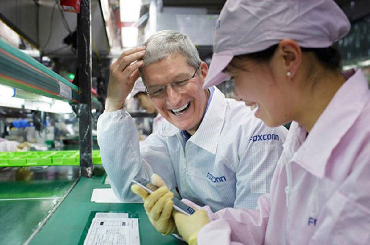 Tim Cook en una fábrica de Foxconn