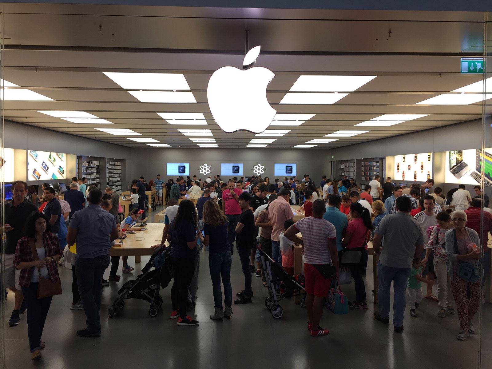 Apple Store de Parquesur hasta arriba de gente